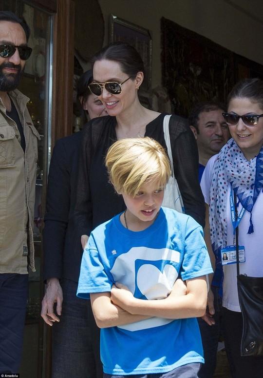 Con gái Angelina Jolie hăng say làm từ thiện ở Campuchia