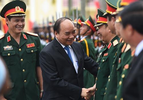 Thủ tướng Nguyễn Xuân Phúc thăm hỏi cán bộ, chiến sĩ Quân khu 3 Ảnh: QUANG HIẾU