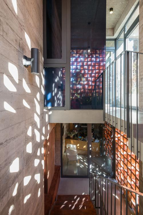 Cũng giống như phần kiến trúc, nội thất nhà mang phong cách hiện đại, thô mộc và gần gũi.