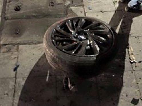 Một bánh xe bị rơi ra ngoài
