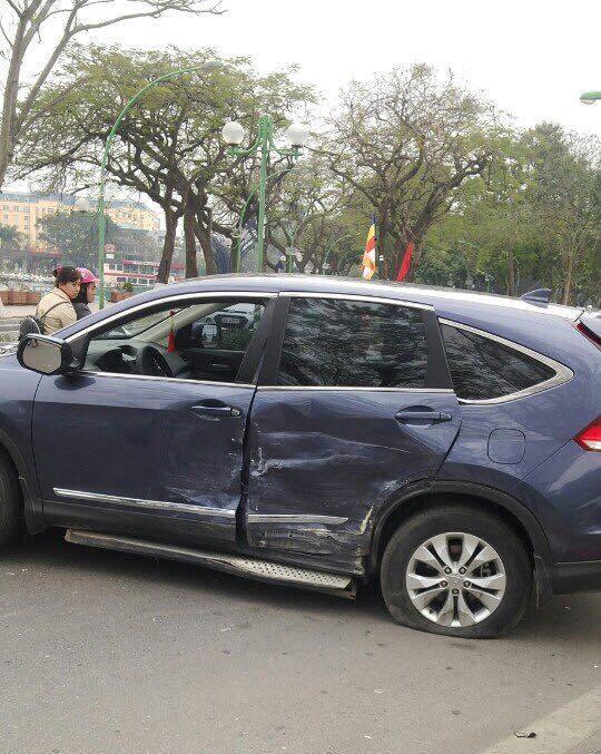 Chiếc xe Honda CRV bị móp phần vỏ phía trái xe và nổ lốp