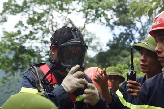 Một chiến sĩ đeo mặt nạ phòng độc trước khi vào hang sâu
