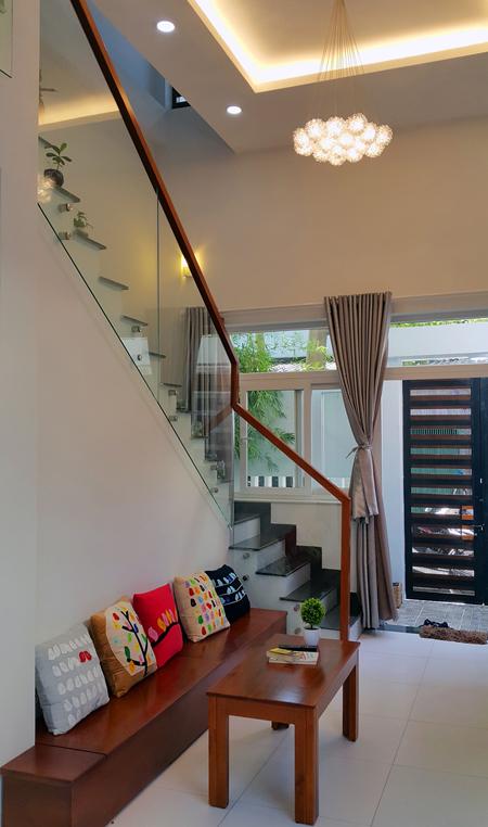 Tại tầng 1, các kiến trúc sư đưa cầu thang ra ngay cạnh cửa chính và nép dọc nhà. Đây là điểm khác biệt so với những ngôi nhà phố thông thường để đáp ứng mong muốn của gia chủ là nhìn vào nhà không bị cầu thang chắn ngang.