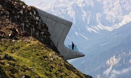 Bảo tàng Núi Messner do kiến trúc sư Zaha Hadid thiết kế nằm trên một sườn núi dốc ở Corones, Italy. Bảo tàng thực chất là một đường hầm xuyên qua núi, nơi mọi người có thể tìm hiểu về địa chất núi, truyền thống và văn hóa của khu vực tại độ cao 2,3 kilomet so với mực nước biển.