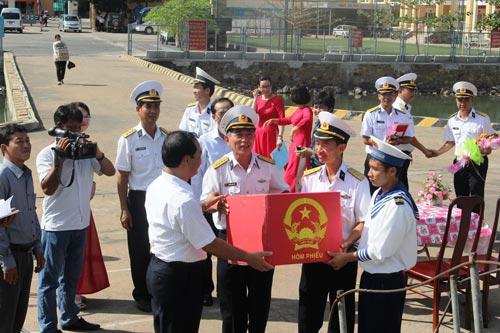 Các cán bộ, chiến sĩ Vùng 2 Hải quân nhận hòm phiếu bầu cử từ ông Mai Ngọc Thuận, Bí thư Thành ủy TP Vũng Tàu, tỉnh Bà Rịa - Vũng Tàu (hàng trước, bên trái), để phục vụ bầu cử sớm trên biển