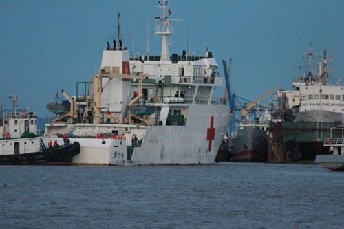 Tàu bệnh viện và các tàu chuyên dùng của hải quân đưa thi thể quân nhân máy bay CASA-212 về đất liền vào tối 28-6 Ảnh: TRỌNG ĐỨC