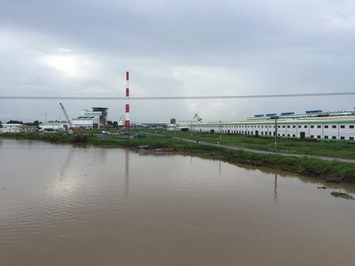Sông Hậu ngày càng bị ô nhiễm do nhiều nhà máy mọc lên ven sông Ảnh: NGỌC TRINH