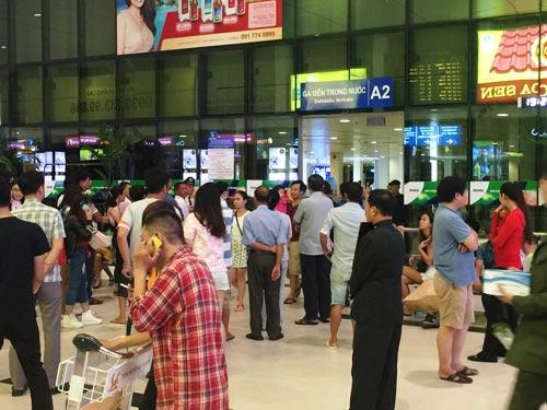 Dù có sự cố tin tặc, hành khách vẫn an tâm khi đến sân bay Tân Sơn Nhất chiều 30-7 Ảnh: GIA MINH