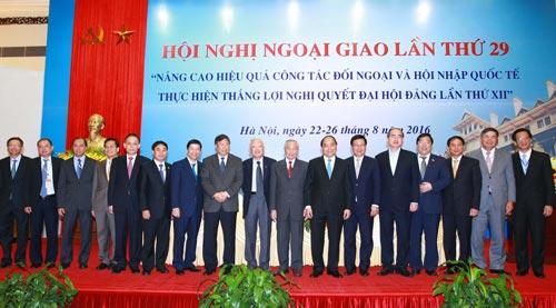 Thủ tướng Nguyễn Xuân Phúc cùng các đại biểu tại Hội nghị Ngoại giao lần thứ 29 Ảnh: TTXVN