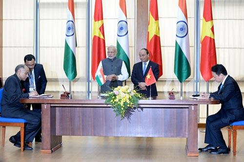 Thủ tướng Nguyễn Xuân Phúc và Thủ tướng Narendra Modi chứng kiến lễ ký kết các văn kiện hợp tác