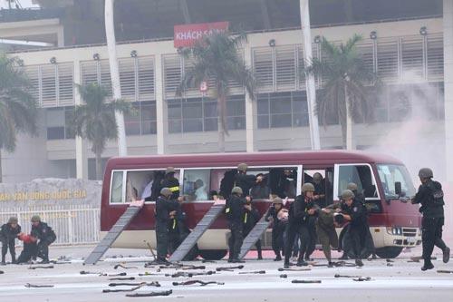 Cảnh sát đặc nhiệm diễn tập cảnh khống chế nhóm khủng bố giải cứu con tin ở Hà Nội