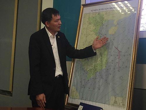 Ông Lại Xuân Thanh chỉ rõ khu vực máy bay Trung Quốc hoạt động trong FIR Hồ Chí Minh, bất chấp các quy định và nguyên tắc của hàng không quốc tế Ảnh: MINH ANH