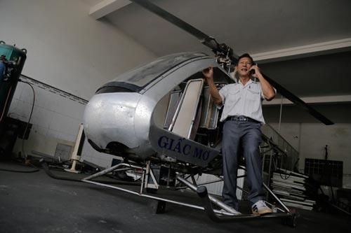 """Ông Bùi Hiển và phiên bản trực thăng """"Giấc Mơ"""" Ảnh: NHƯ PHÚ"""