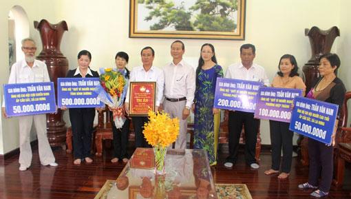 Gia đình ông Trần Văn Nam trao toàn bộ số tiền 900 triệu đồng cho 5 đơn vị tiếp nhận