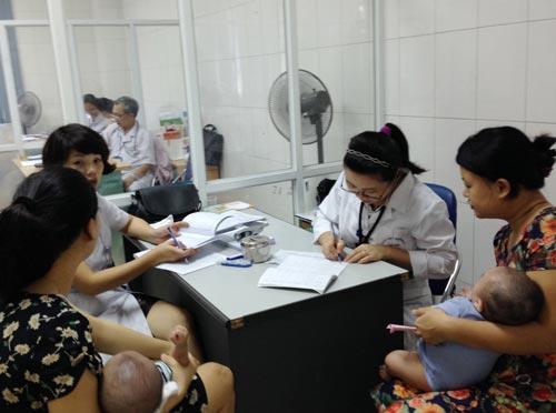 Tiêm chủng vắc-xin cho trẻ tại điểm tiêm dịch vụ ở Hà Nội