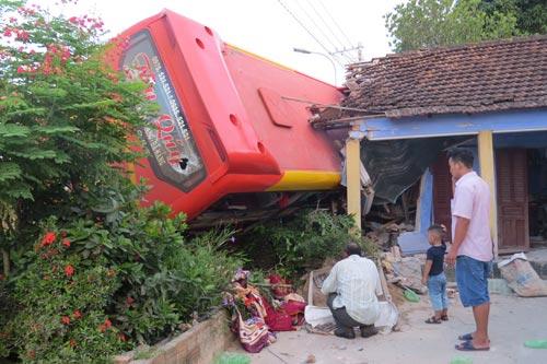 Xe khách giường nằm tông sập nhà dân ở xã Phổ Cường, huyện Đức Phổ, tỉnh Quảng Ngãi ngày 10-7 Ảnh: TRANG THY
