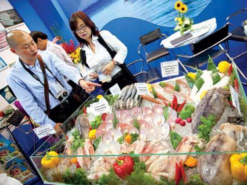 Thương nhân Trung Quốc chọn mua thủy sản Việt tại Vietfish. Ảnh: Lê Quang Nhật.