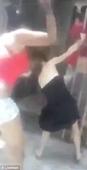 Cô gái trẻ mặc đầm đen cố bám vào cửa. Ảnh: Liveleak