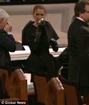 """""""Họa mi"""" Celine Dion đau đớn khóc chồng tại đám tang"""