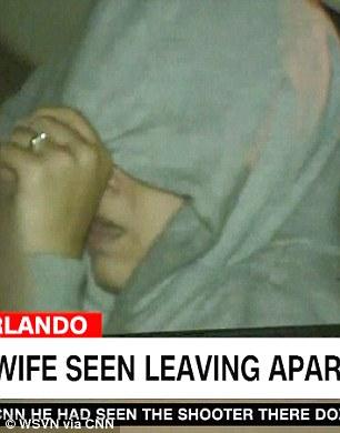 Noor Salman xuất hiện tại nhà tối ngày 13-6 để thu dọn đồ đạc. Ảnh: CNN