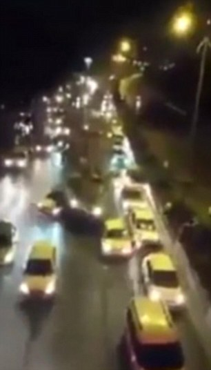 Chiếc xe tăng lao thẳng vào xe hơi và người đi đường. Ảnh: Daily Mail