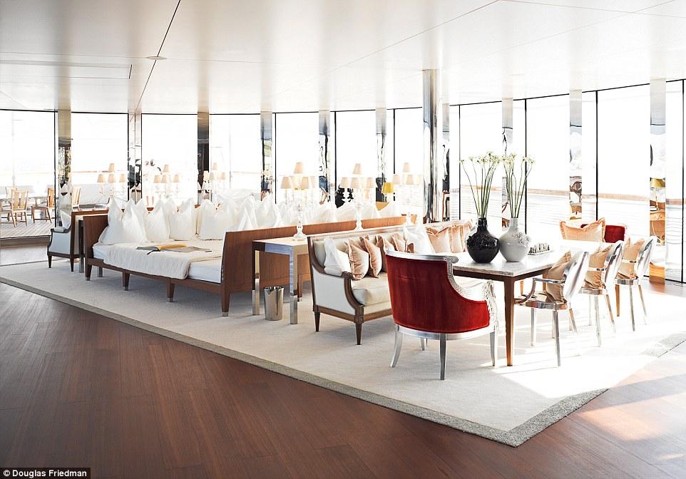 Siêu du thuyền được thiết kế bởi Philippe Starck, một trong 10 nhà thiết kế nội thất nổi tiếng nhất thế giới.