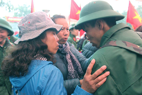 Người thân và bạn bè bịn rịn nước mắt chia tay các tân binh lên đường huấn luyện, bảo vệ Tổ quốc