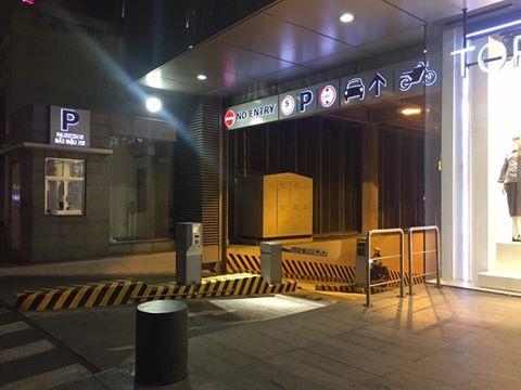 Thì cổng hầm sau Bitexco vắng bóng người. Ảnh Lê Phong.