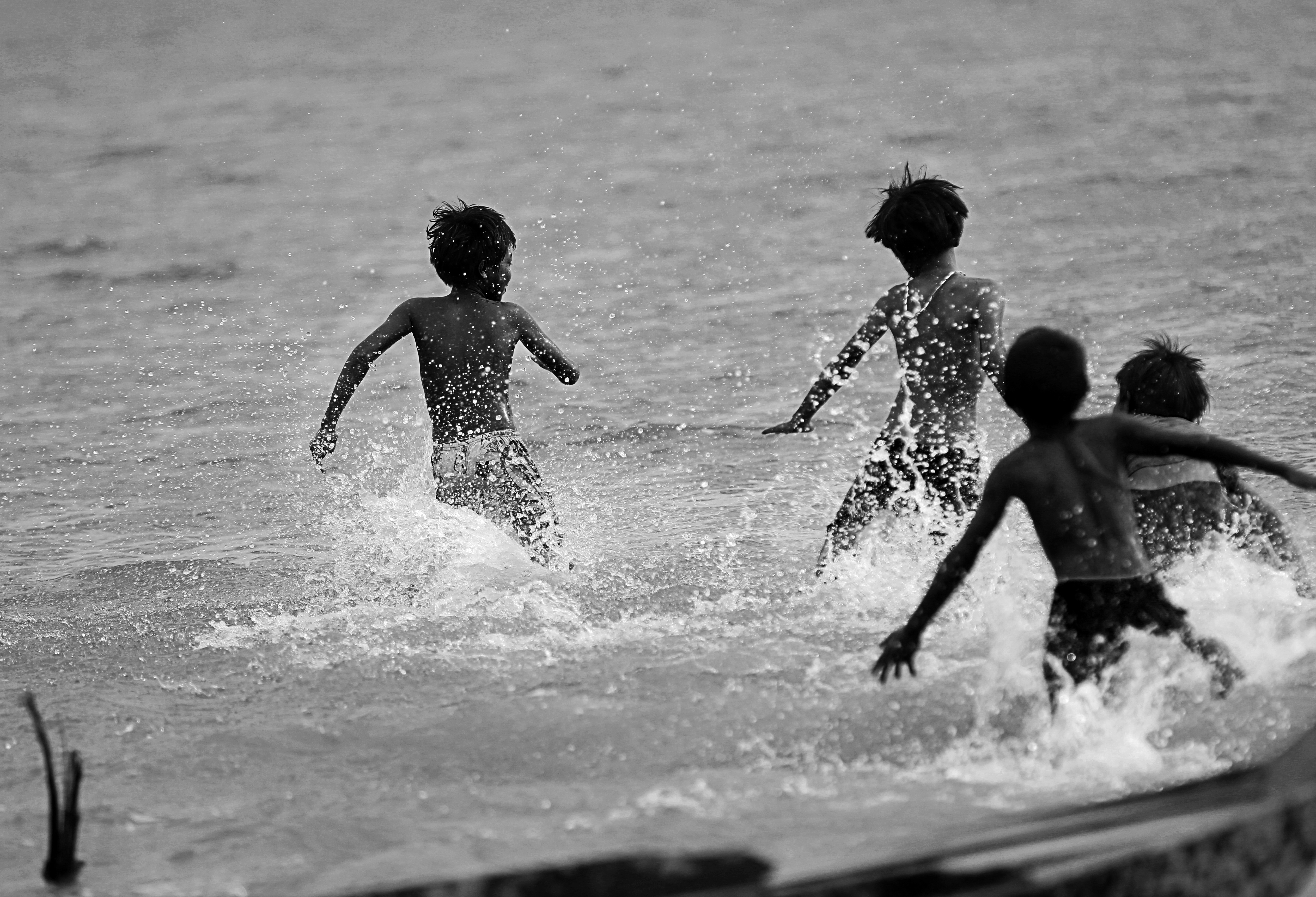 Niềm vui nhỏ nhoi của trẻ em xóm Việt Kiều là được nô đùa, bơi lội bên bờ hồ Dầu Tiếng mỗi ngày. Chúng sinh ra vốn đã lênh đênh sóng nước, tha hương cầu thực đến bây giờ cuộc sống vẫn vô định.