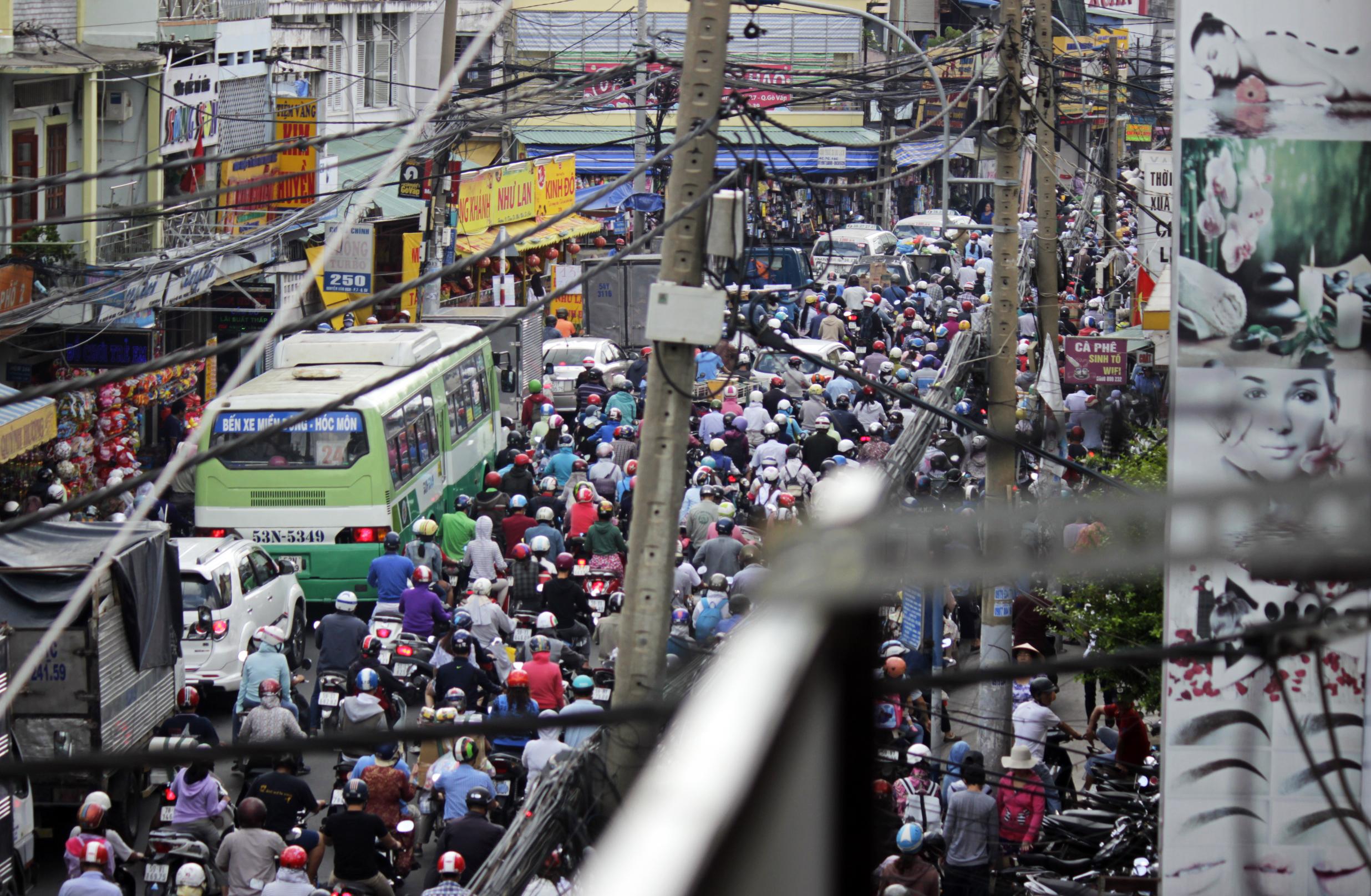 Tới gần 9 giờ sáng,hàng nghàn phương tiện trên đường Nguyễn Vân Nghi vẫn dậm chân tại chỗ vì giao thông trên con đường này bị bị tê liệt hoàn toàn.