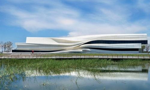 Bảo tàng nghệ thuật tại Ngân Xuyên, Ninh Hạ, Trung Quốc, khiến chúng ta gợi nhớ đến dòng chảy của sông Hoàng Hà. Công ty We Architect Anonymous (WAA) xây dựng bảo tàng theo từng lớp uốn lượn lấy cảm hứng từ những ngọn đồi và dòng sông xung quanh. WAA sử dụng vật liệu bê tông gia cố bằng sợi thủy tinh để xây dựng.