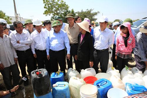 Phó Thủ tướng Nguyễn Xuân Phúc (thứ 4 từ trái qua) thăm hỏi người dân vùng hạn xã Nhơn Hải, huyện Ninh Hải, tỉnh Ninh Thuận Ảnh: LÊ TRƯỜNG