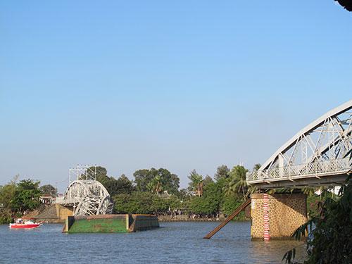 Cầu Ghềnh (TP Biên Hòa, tỉnh Đồng Nai) bị sà lan tông sập vào trưa 20-3 Ảnh: PHẠM DŨNG
