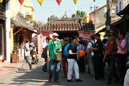 Đoàn khách Trung Quốc ồn ào, đi thành hàng ngang trên đường trong phố cổ Hội An, tỉnh Quảng Nam Ảnh: TRẦN THƯỜNG