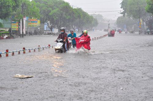 Thành phố Biên Hòa, tỉnh Đồng Nai bị ngập sau cơn mưa chiều 16-5 Ảnh: Xuân Hoàng