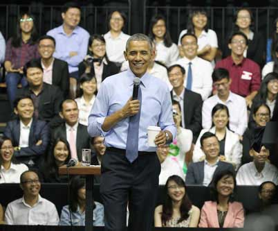 Tổng thống Barack Obama giao lưu với các thành viên Sáng kiến Thủ lĩnh trẻ Đông Nam Á vào ngày 25-5 Ảnh: HOÀNG TRIỀU