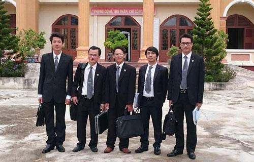 Năm luật sư bảo vệ quyền và lợi ích hợp pháp cho gia đình bị hại Ngô Thanh Kiều tại phiên tòa phúc thẩm bị hoãn ngày 27-11-2015 Ảnh: Quỳnh Lê