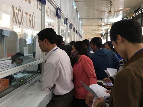 Người dân đăng ký khám bệnh tại Bệnh viện Việt - Đức (Hà Nội)