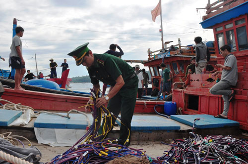 Tàu đánh cá của ngư dân miền Trung bị tàu cá Trung Quốc tông, phá ngư cụ Ảnh: TRẦN THƯỜNG