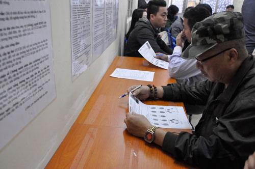 Người dân làm thẻ căn cước tại Hà Nội