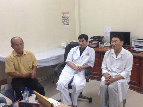 Bác sĩ Mai Quang Hiệp, Phó Giám đốc Bệnh viện Đa khoa số 10 (giữa), thông tin vụ việc với báo chí. Ảnh: Thanh Lê