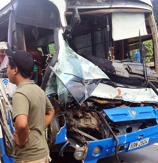 Chiếc xe khách hư phần đầu sau khi được xe tải dìu xuống đèo an toàn Ảnh: ĐÌNH THI