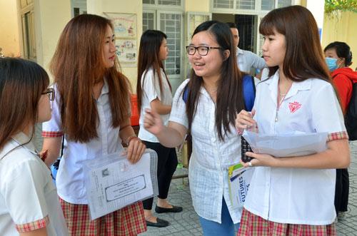 Thí sinh trao đổi về đề văn tại Trường THPT Gia Định TP HCMẢnh: Tấn Thạnh