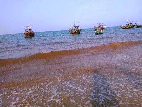 Vệt nước màu đỏ xuất hiện trên bờ biển xã Nhân Trạch, huyện Bố Trạch, tỉnh Quảng Bình Ảnh: HOÀNG PHÚC