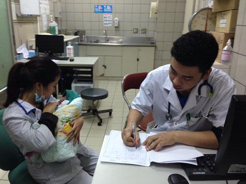 Trẻ có các dấu hiệu của bệnh viêm não cấp cần được đưa sớm đến các cơ sở y tế để điều trị kịp thời