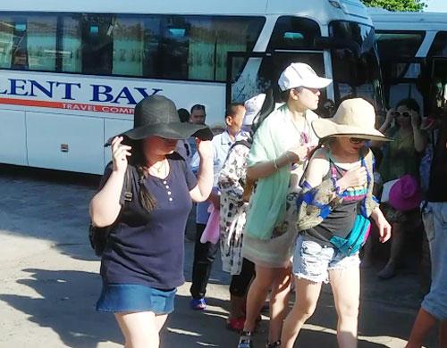 Công ty Silent Bay đưa khách Trung Quốc đến các điểm du lịch tại TP Nha Trang Ảnh: Kỳ Nam