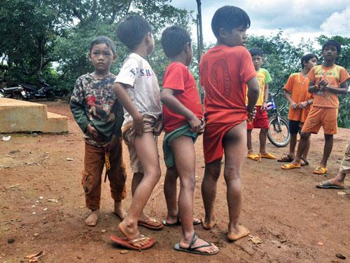 Nhiều trẻ em bị mẩn ngứa khi lội xuống suối Đắk Dao bắt cá chết