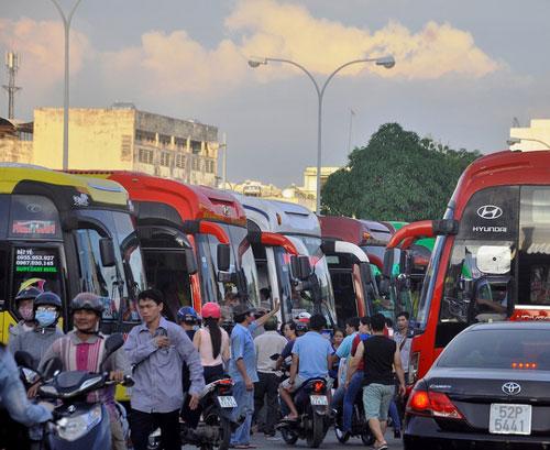 Bến xe Miền Đông (TP HCM) đông nghẹt khách về quê nghỉ lễ Ảnh: QUỐC CHIẾN