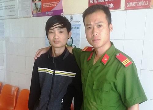Thượng sĩ Cao Minh Ngọc cùng nạn nhân tại Bệnh viện Đa khoa Lâm Đồng