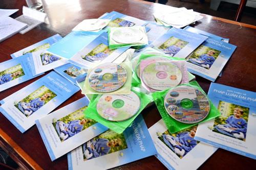 Nhiều tài liệu, băng đĩa phản khoa học về Pháp luân công bị cơ quan chức năng thu giữ trong thời gian qua (ảnh minh họa)